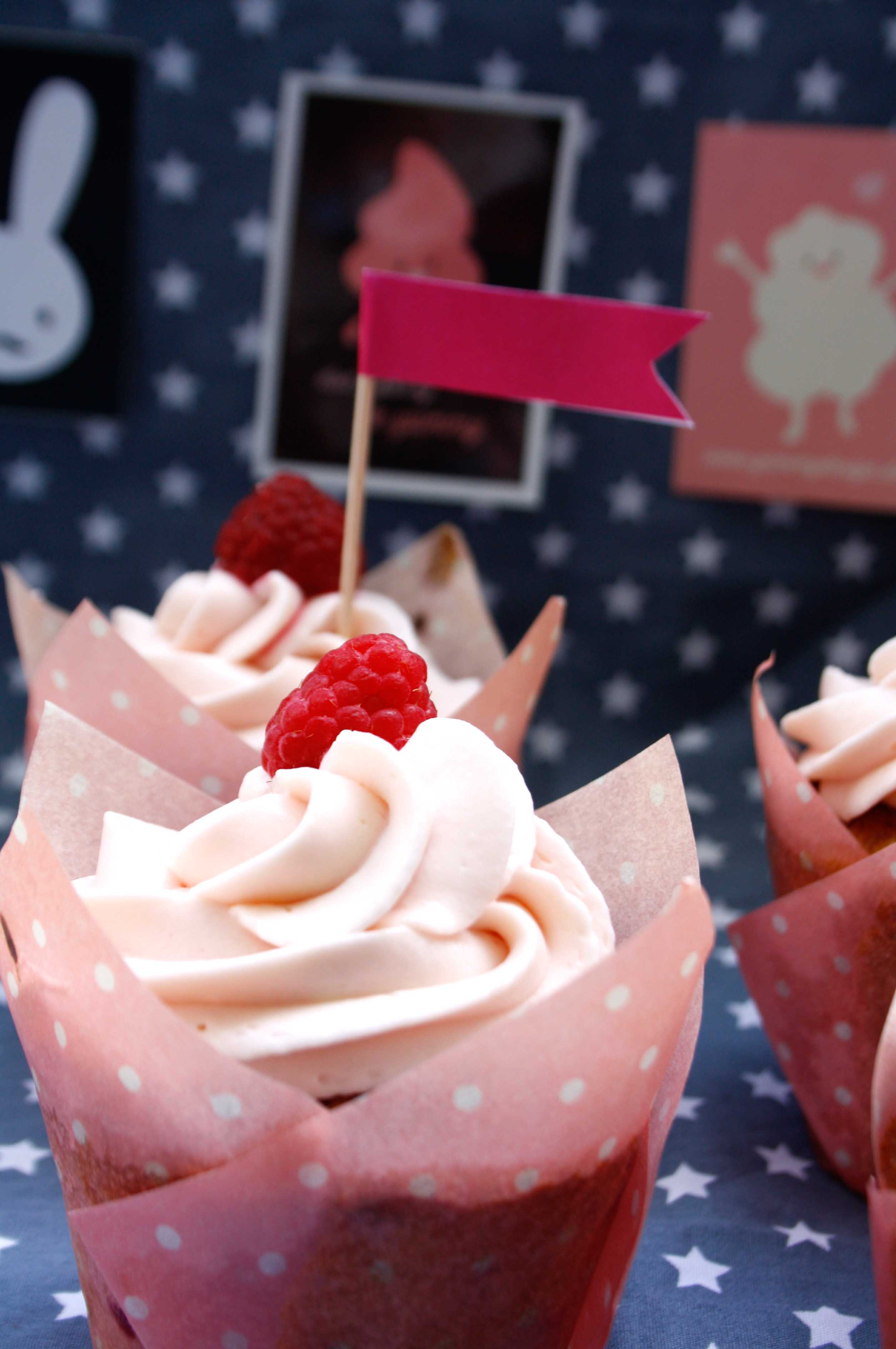 Himbeer Cupcakes // Raspberry Cupcakes by http://babyrockmyday.com/himbeer-cupcakes/
