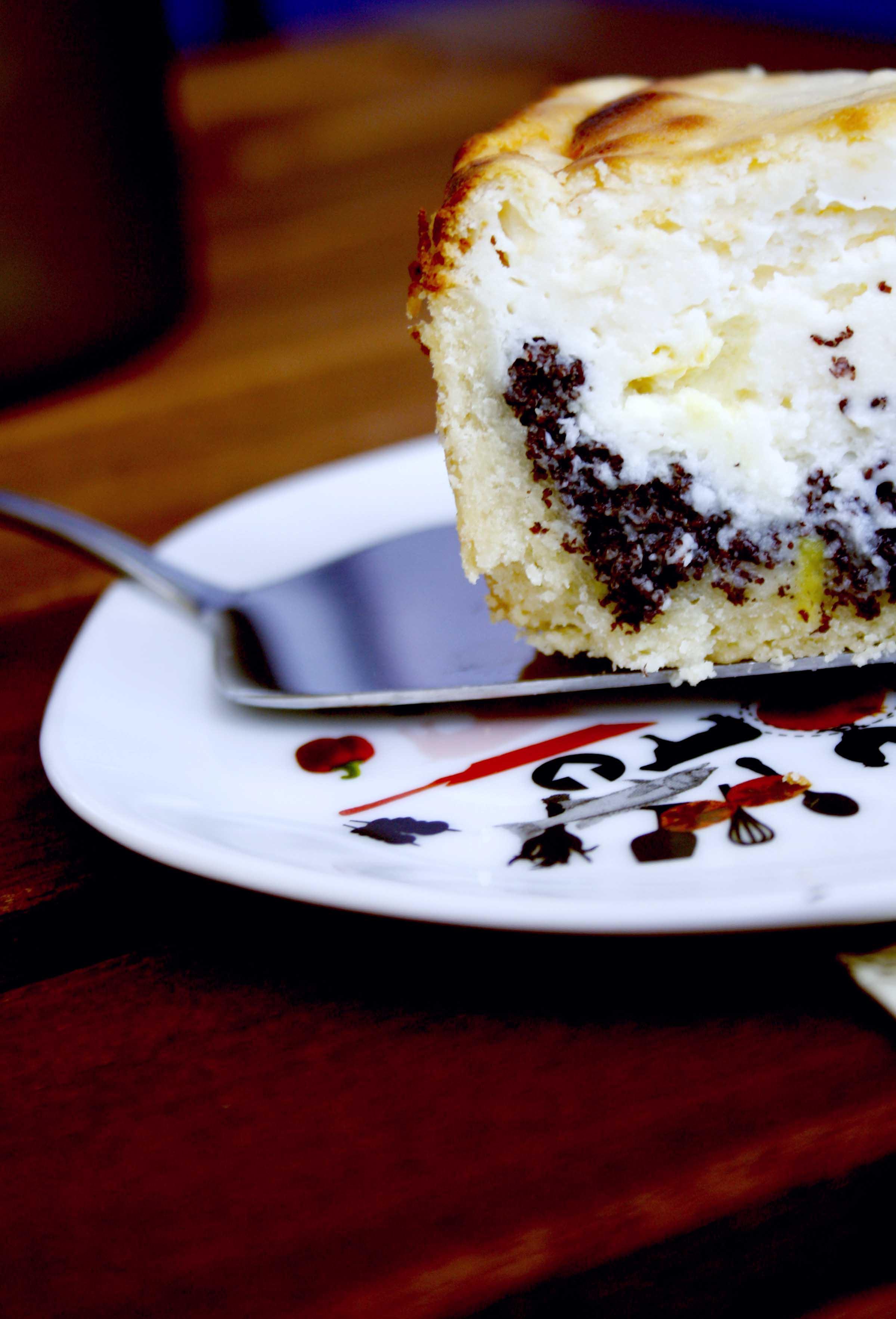 Käse-Mohn-Kuchen // Poppyseed Cheesecake by http://babyrockmyday.com/kaese-mohn-kuchen/
