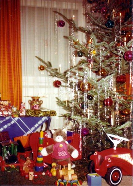 20121206101736!Weihnachtsbaum_und_Geschenke_1970er