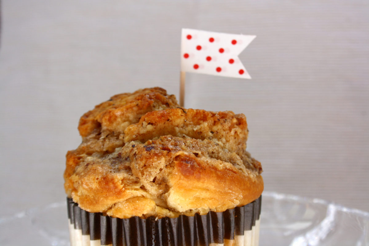 Zimt-Schnecken-Muffin // Cinnamon roll muffin by https://babyrockmyday.com/zimt-schnecken-muffins/