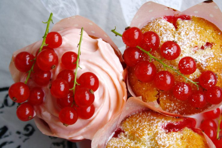 Johannisbeer Buttermilch Cupcakes // Red Currant and buttermilk Cupcakes by http://babyrockmyday.com/johannisbeer-buttermilch-cupcakes/