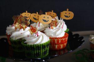 Blutige Muffins mit Glasscherben und Vampirdrinks für Halloween by http://babyrockmyday.com/blutige-muffins/