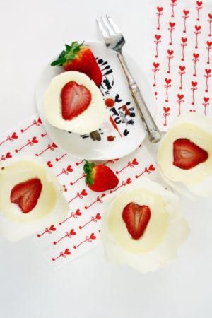 Mini Erdbeer Cheesecakes // Mini Strawberry Cheesecakes by https://babyrockmyday.com/mini-erdbeer-cheesecakes