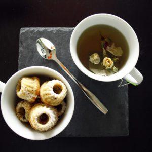 Kleine Gugel mit Eierlikör und Koks // Mini Bundtcakes with Eggnog and Cocos by http://babyrockmyday.com/tee-und-kleine-gugel/