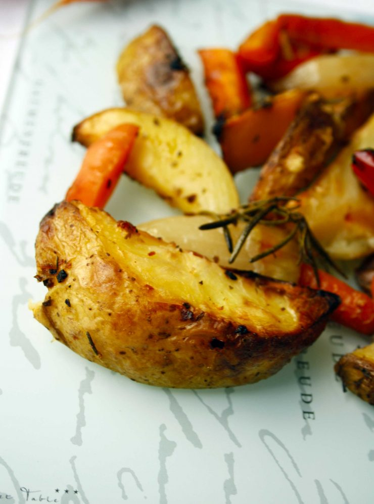 Rustikale Kartoffelpfanne // Potato Wedges an Vegetables by http://babyrockmyday.com/rustikale-kartoffel-pfanne/