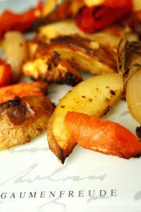 Kartoffelspalten mit Möhren, Paprika, Zitrone und Zwiebeln
