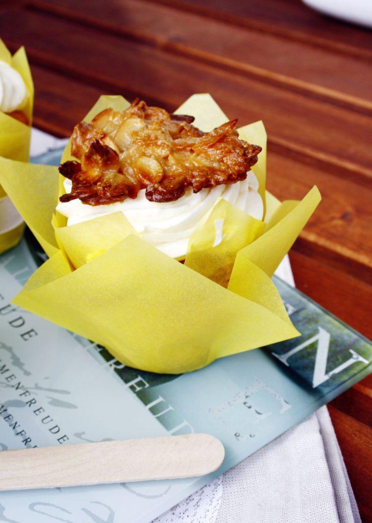 Bienenstich-Cupcakes // Bee sting cake by http://babyrockmyday.com/bienenstich-cupcake/