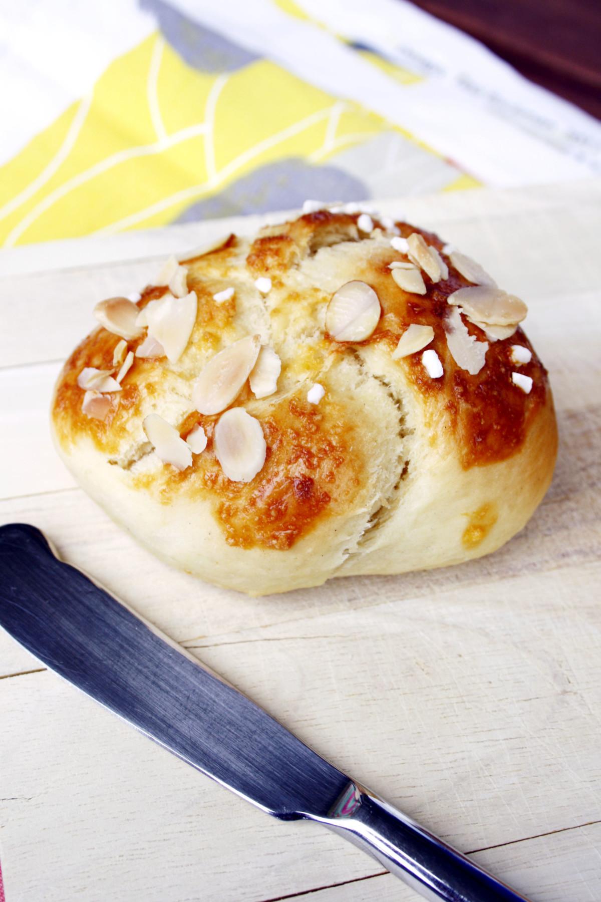 Hefeknoten für das perfekte Frühstück // Sweet breakfast buns by https://babyrockmyday.com/hefeknoten-fruehstueck/