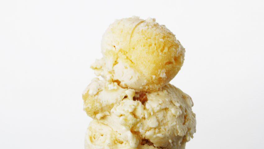 Buttermilch Eis mit Streuseln und Baiser
