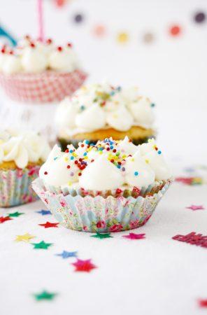 Leckere Vanille Cupcakes zum Geburtstag: Rezept unter https://babyrockmyday.com/cupcakes-zum-geburtstag/