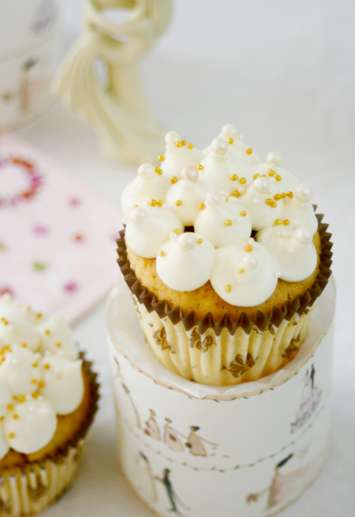 Sweet Table mit Kokos Cupcakes // Cupcakes with coconut by http://babyrockmyday.com/kokos-cupcakes/