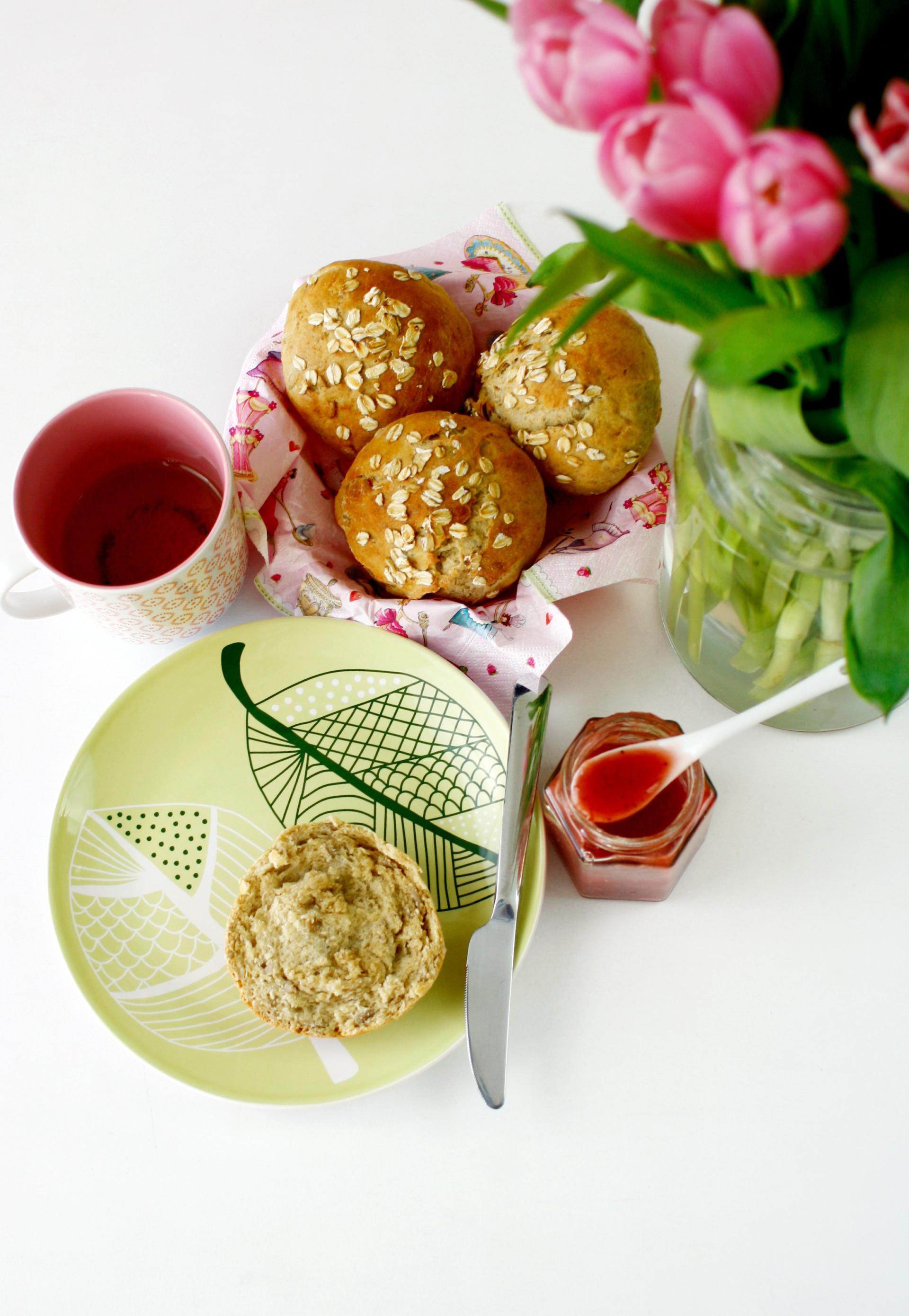 Frühstücken mit selber gebackenen Dinkelbrötchen mit Haferflocken // Buns with oats by https://babyrockmyday.com/dinkelbroetchen/