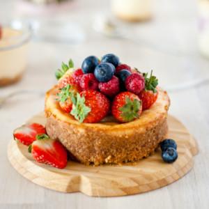 Mini Käsekuchen und Käsekuchen im Glas // Mini Cheesecake and a chssecake in a jar by http://babyrockmyday.com/mini-kaesekuchen/