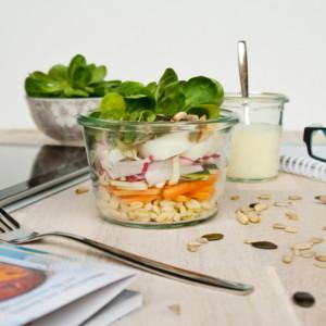 Fit und gesund: Lunch im Glas, heute Rohkostsalat // Raw Salad in a jar - take away salad by http://babyrockmyday.com/rohkostsalat/