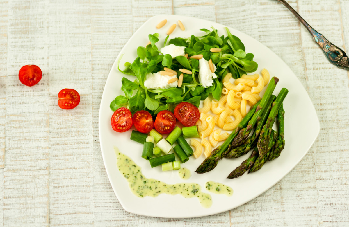 Fit und gesund: Lunch im Glas alias Grüner Spargel Nudelsalat // Pasta salad with Green asparagus by http://babyrockmyday.com/gruener-spargel-nudelsalat/