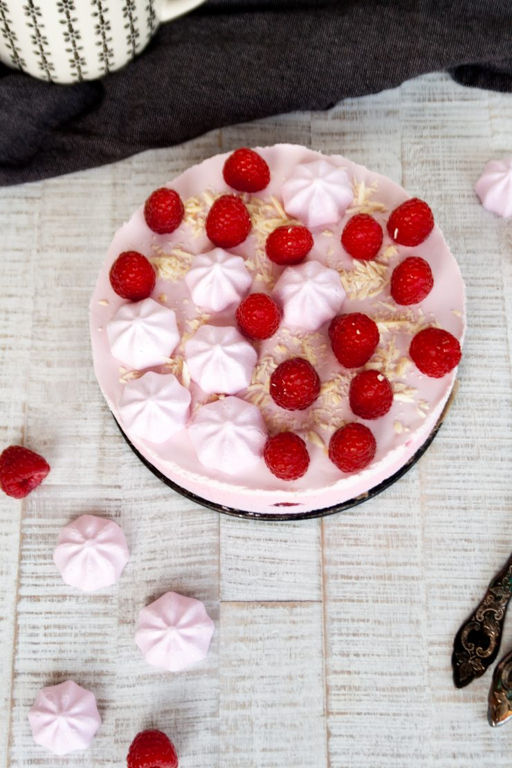 No-Bake Himbeerkuchen mit Baiser // No-bake Raspberry Cake by http://babyrockmyday.com/no-bake-himbeerkuchen/NoBake Himbeerkuchen mit Baiser // Nobake Raspberry Cake by http://babyrockmyday.com/nobake-himbeerkuchen/