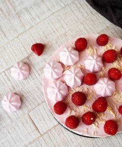 No-Bake Himbeerkuchen mit Baiser // No-bake Raspberry Cake by http://babyrockmyday.com/no-bake-himbeerkuchen/