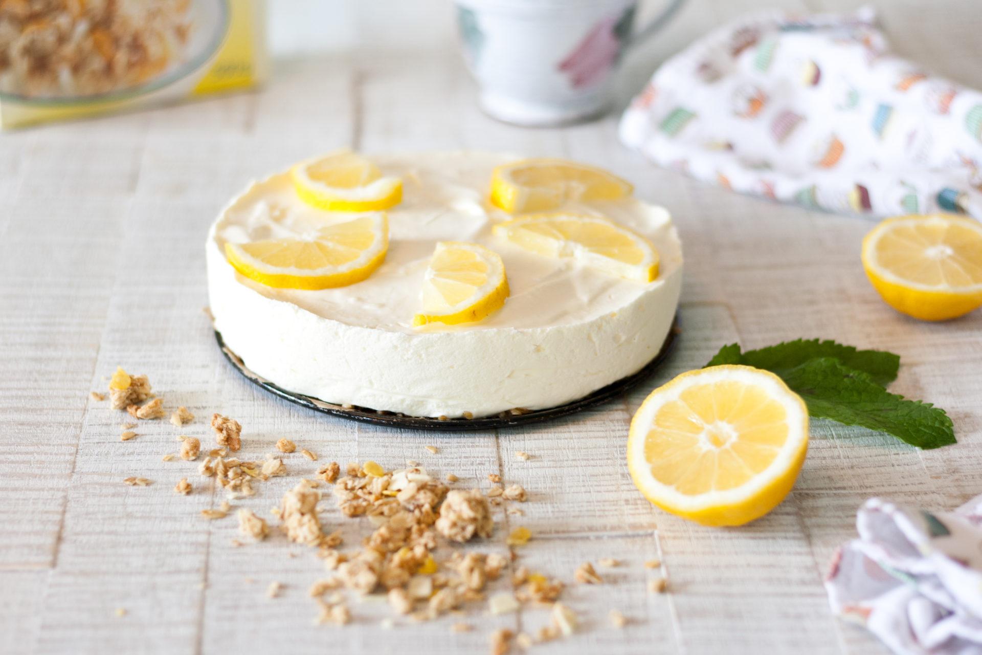 No-Bake Zitronenkuchen mit Müsliboden // No-Bake Lemon Cake with Granola by http://babyrockmyday.com/no-bake-zitronenkuchen/