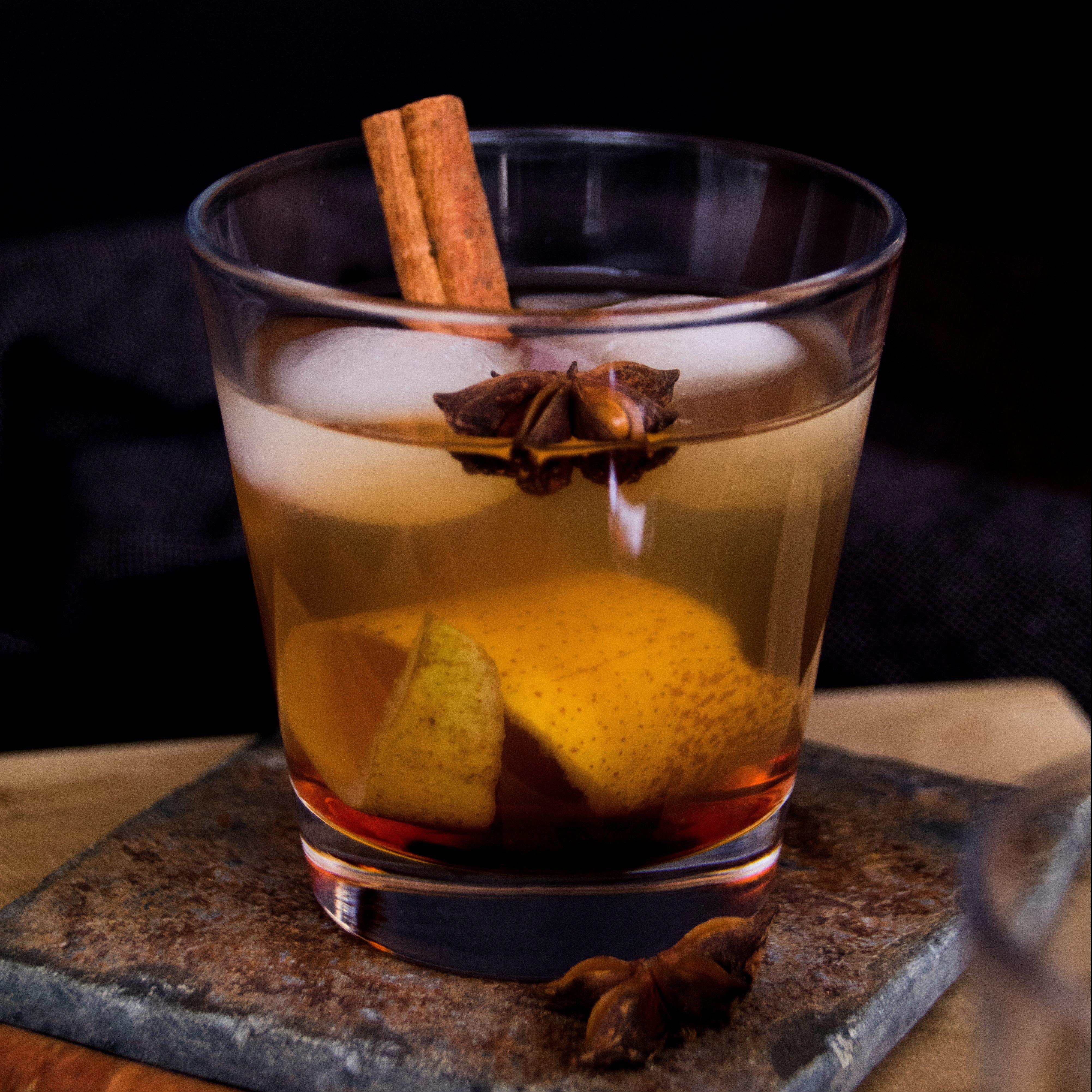 Herbst Birnen Drink mit Cointreau Noir// Autumn Drink with Pears and Cointreau Noir by http://babyrockmyday.com/herbst-birnen-drink/