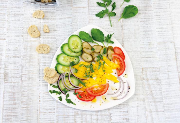 Brotsalat als Lunch to go // German Bread Salad by http://babyrockmyday.com/brotsalat/