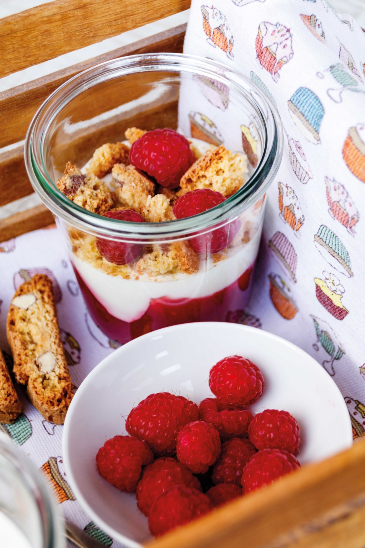 Himbeer Dessert mit Cantuccini // Strawberry and Cantuccini Dessert by http://babyrockmyday.com/himbeer-dessert-mit-cantuccini/