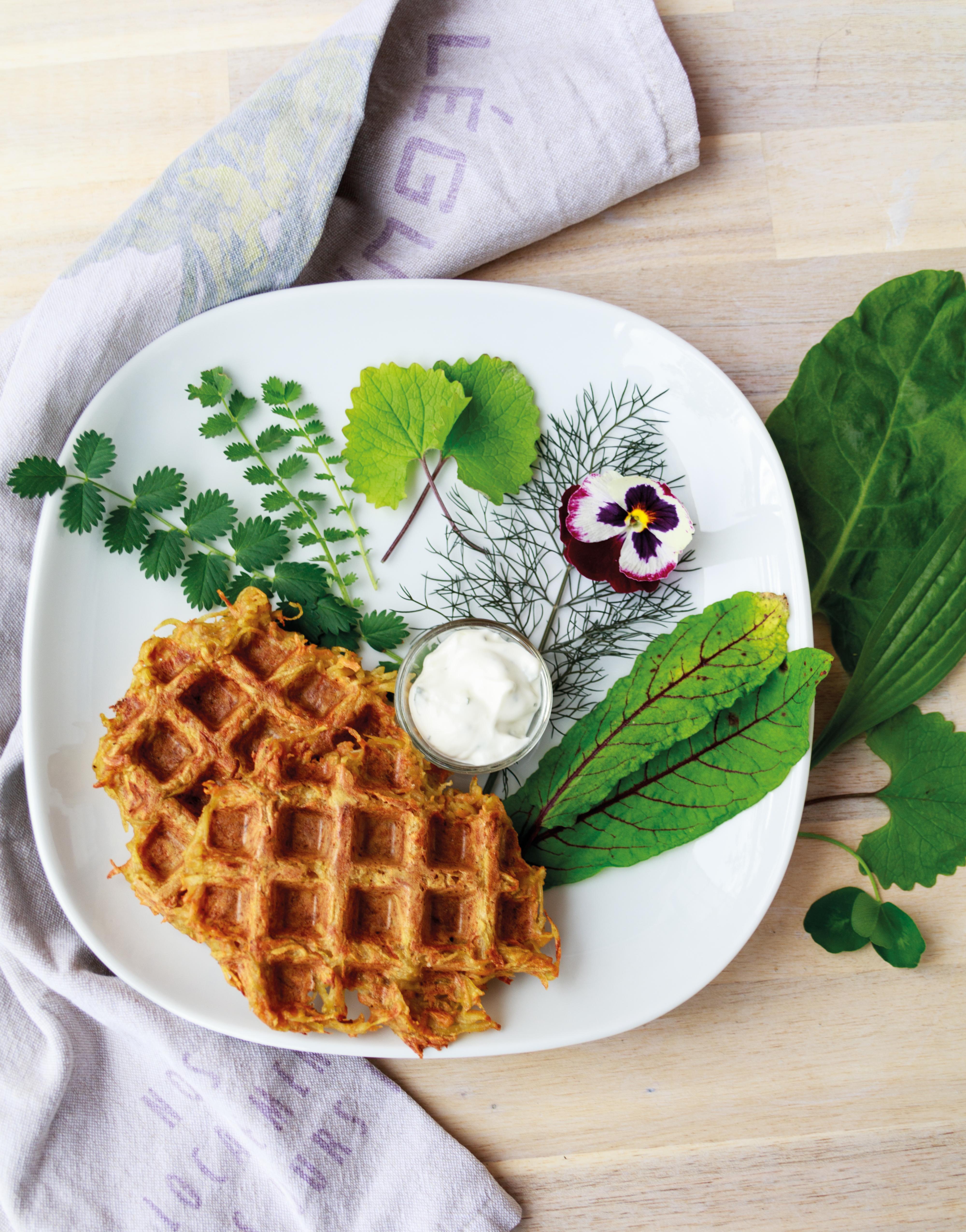 Gemüsewaffeln mit Wildsalat // Veggie Waffles with wild salad by http:// babyrockmyday.com/gemuesewaffeln-mit-wildsalat/