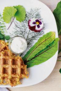 Gemüsewaffeln mit Wildsalat // Veggie Waffles with wild salad by http://babyrockmyday.com/gemuesewaffeln-mit-wildsalat/