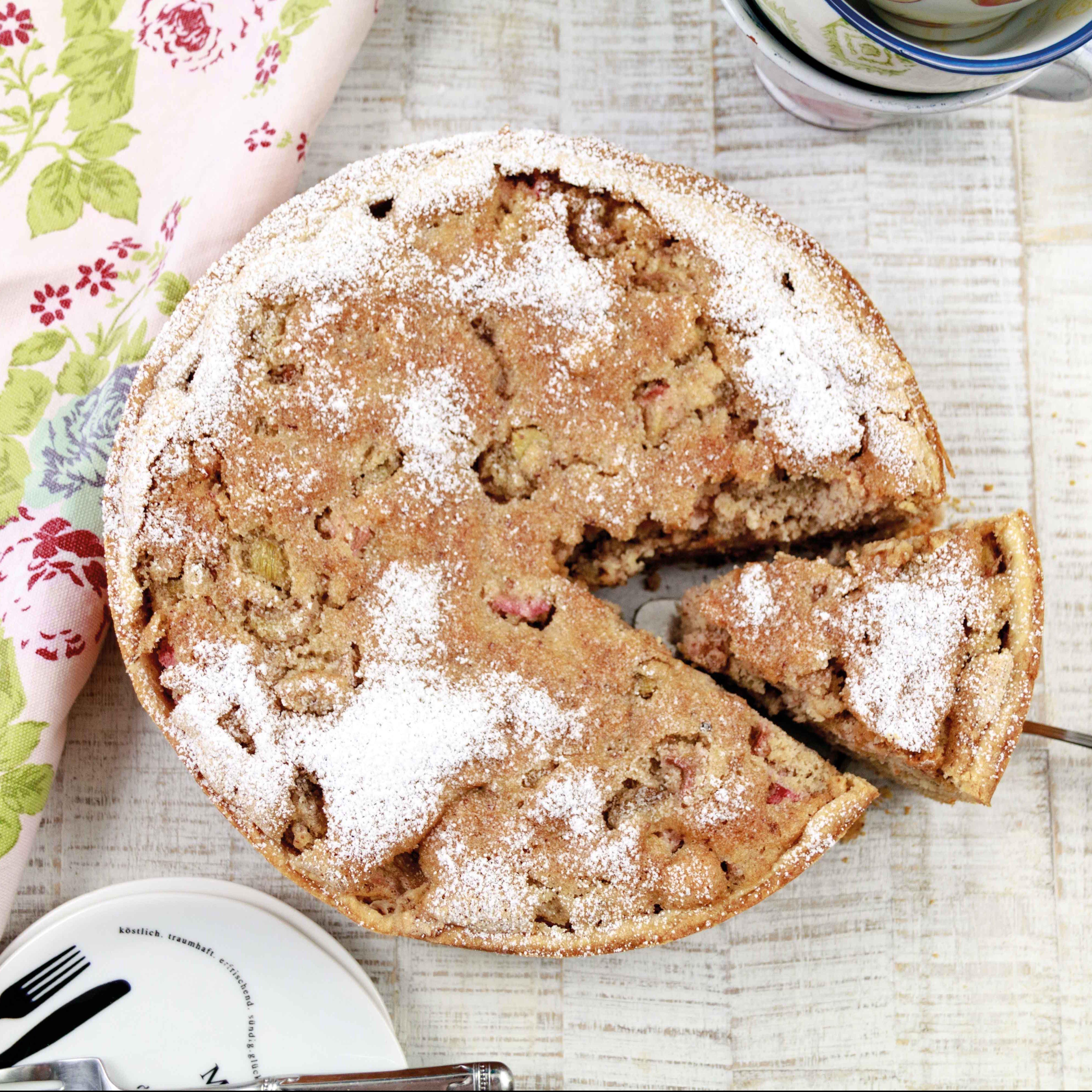 Rhabarber-Baiser-Kuchen // Rhubarb Meringue Cake by http://babyrockmyday.com/rhabarber-baiser-kuchen/