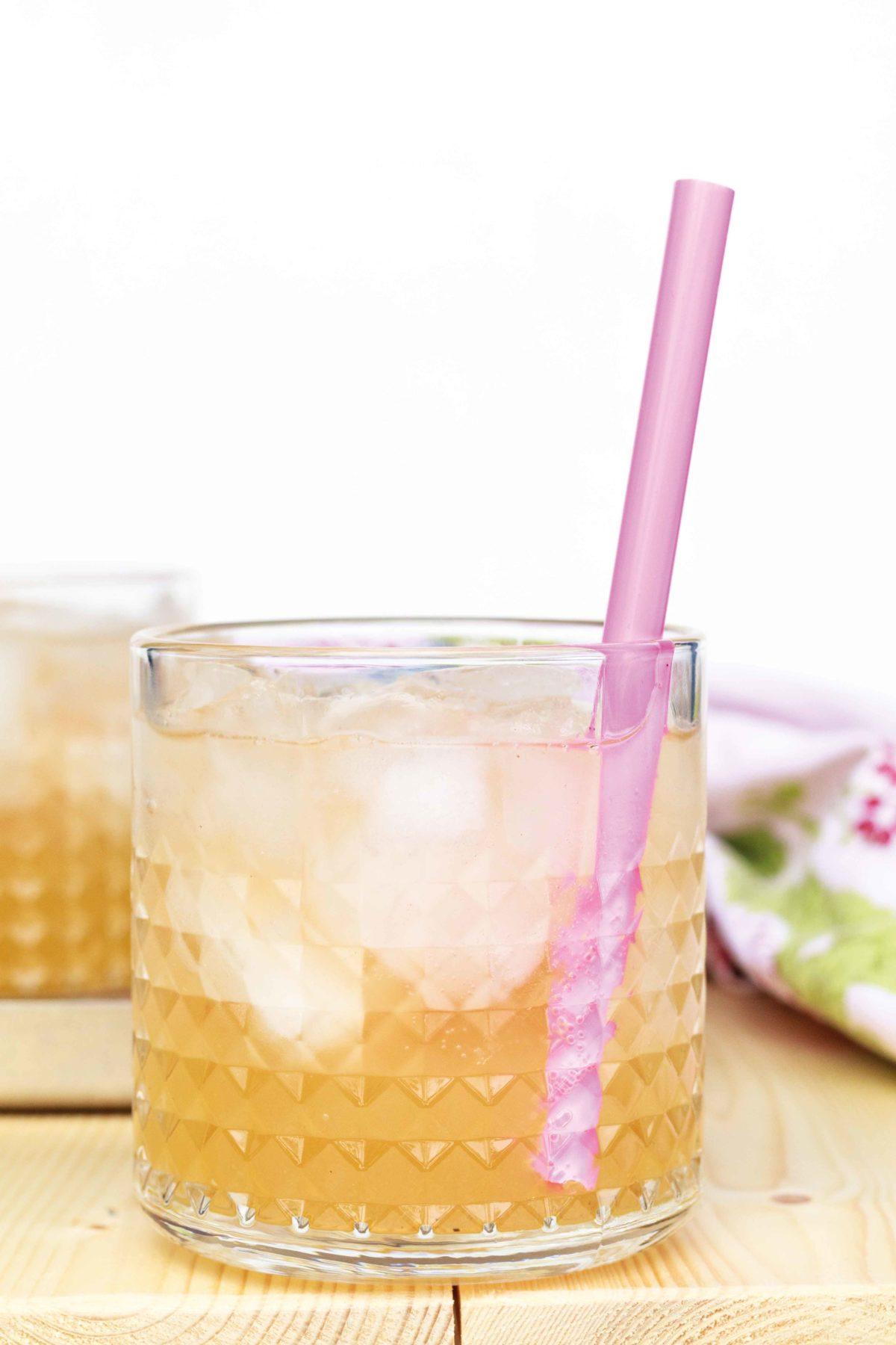 Rhabarber Drink mit Wodka und Vanille // Rhubarb Drink with Vanille and vodka by http://babyrockmyday.com/rhabarber-drink/