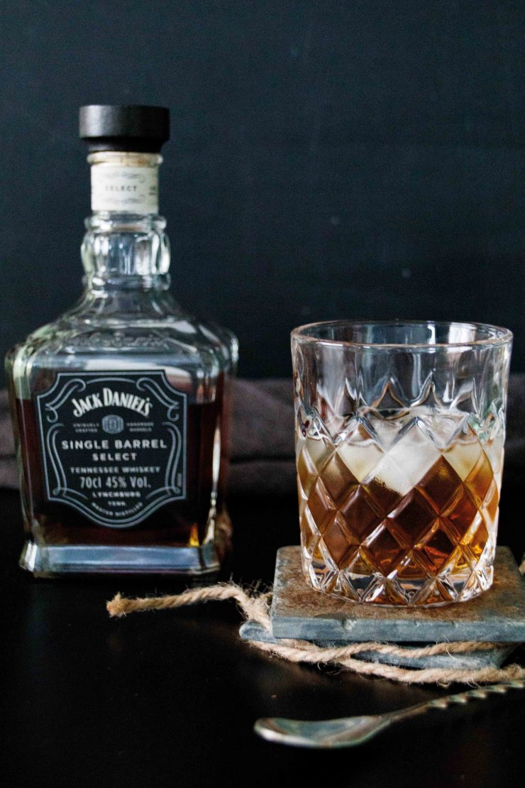 Drinks outside the box - Whiskey New Fashioned by http://babyrockmyday.com/whiskey-new-fashioned/