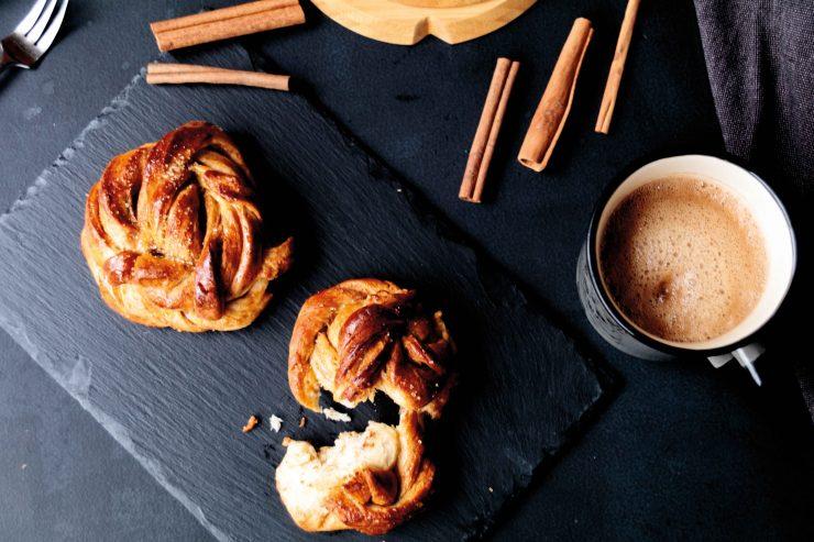 Kadamom-Zimt-Knoten // swedish cardamom rolls by http://babyrockmyday.com/kardamom-zimt-knoten/