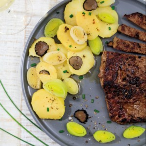 Rheinhessen-Roulette: Lauch-Kartoffelsalat mit Trüffeln und Rumpsteak by http://babyrockmyday.com/lauch-kartoffelsalat-mit-trueffeln/