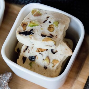 Tipps für Weihnachten: Pistazien Kirsch Sables // xmas Cookies with Cherrys an pistachio by http://babyrockmyday.com/pistazien-kirsch-sables/