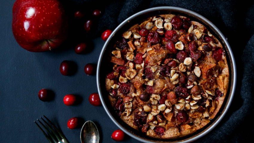 Apfelkuchen mit Cranberries und Haselnüssen // applepie with cranberries und Hazelnuts by http://babyrockmyday.com/apfelkuchen-mit-cranberries/