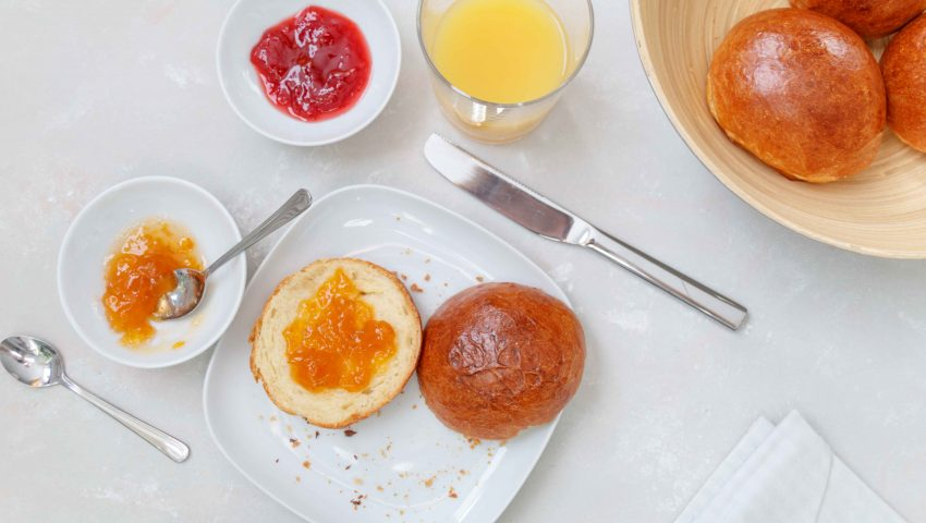 Luftige Milchbrötchen für das Wochenendfrühstück // Fluffy Buns for your breakfast by http://babyrockmyday.com/luftige-milchbroetchen/