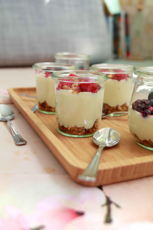 Frühstücksdessert: Knuspermüsli mit Joghurt und Beeren // Dessert for Breakfast with crunchy granola, Soy yogurt und berries by  http://babyrockmyday.com/fruehstuecksdessert/