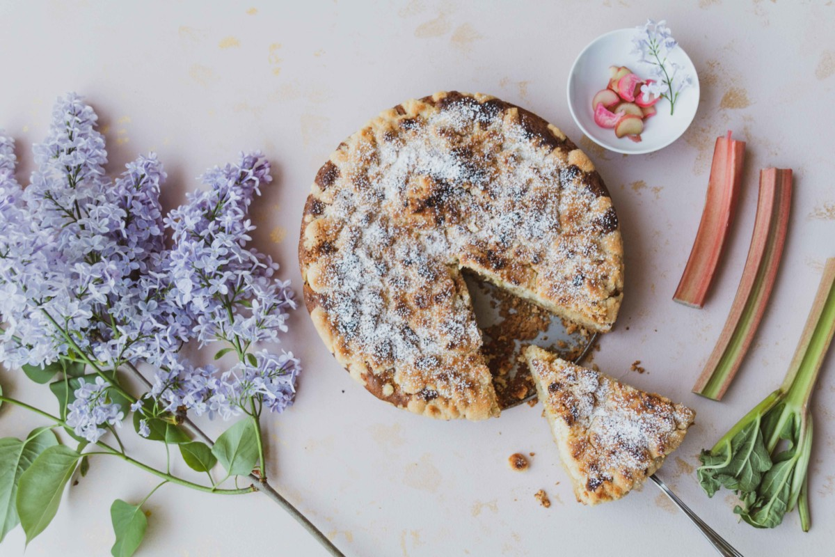 Rhabarber Streuselkuchen mit Vanille // Rhubarb Cake with Crumble and vanilla by http://babyrockmyday.com/rhabarber-streuselkuchen-mit-vanille/