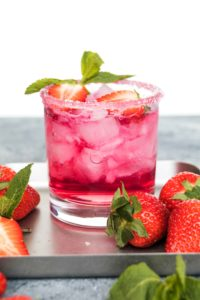 Erdbeer Gin Tonic // Strawberry Gin Tonic by http://babyrockmyday.com/erdbeer-gin-tonic/