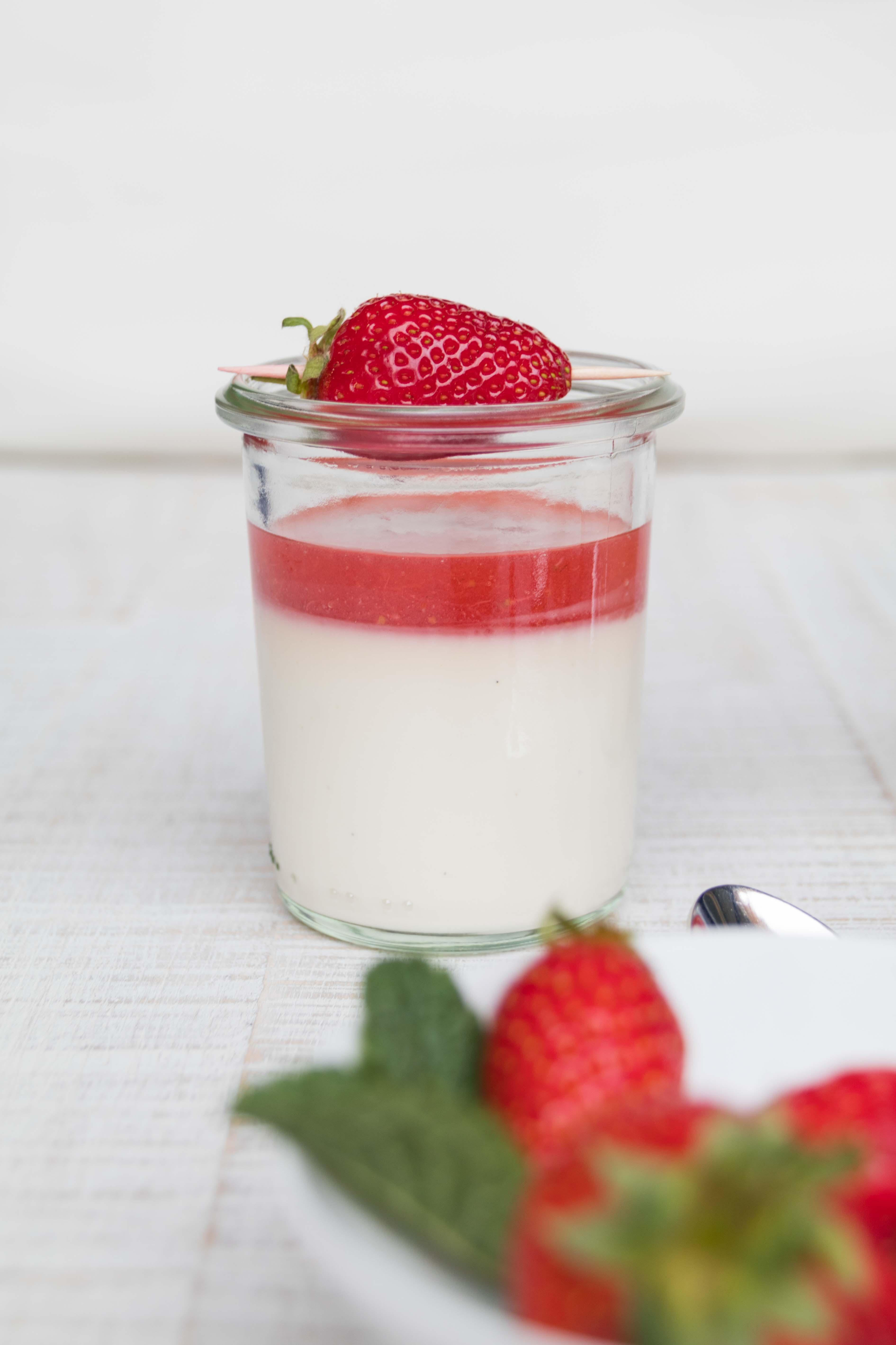 Panna Cotta mit Erdbeersauce im Glas und mit Knusperboden // Panna Cotta with stawberry jam by http://babyrockmyday.com/panna-cotta-mit-erdbeersauce/