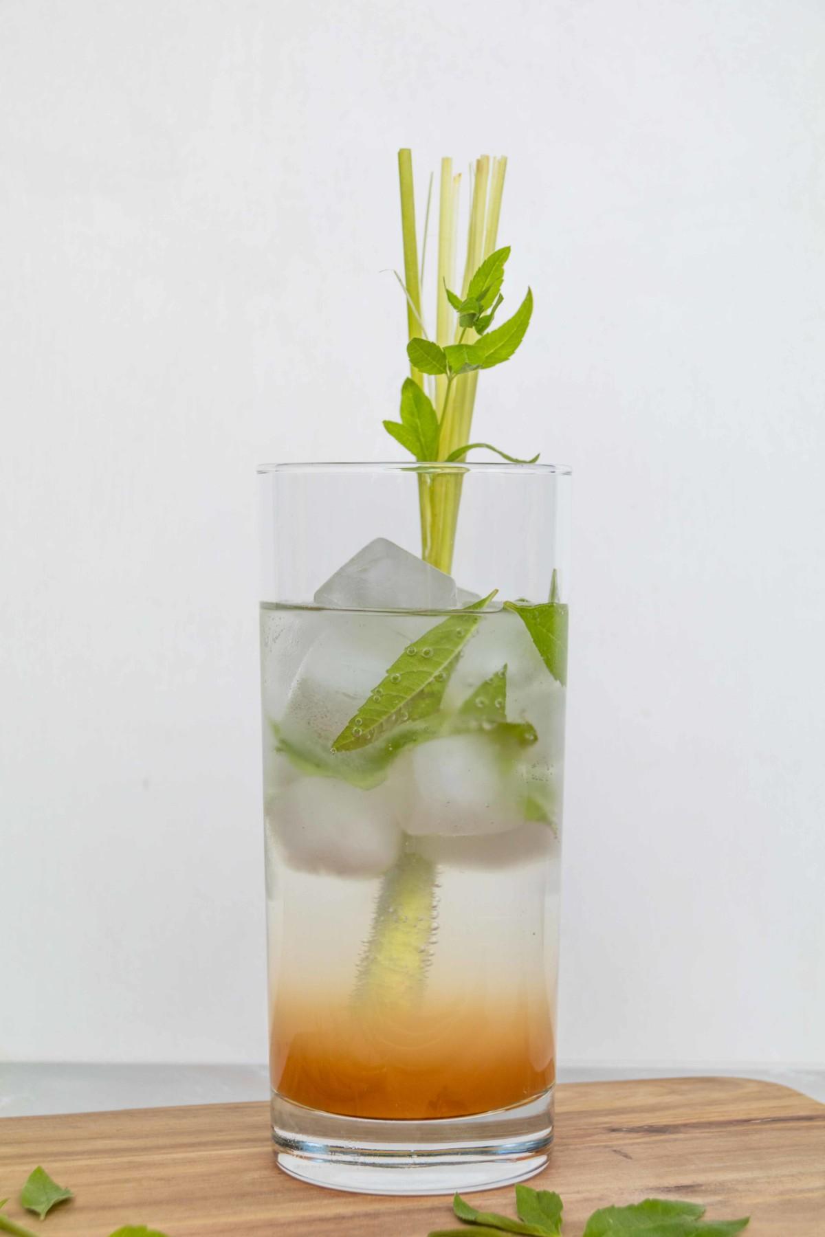Erfrischender Zitronengras Eistee mit frischer Verbene // Iced Tea with Lemongras and lemon verbena by http://babyrockmyday.com/zitronengras-eistee/ [Dieser Beitrag enthält Werbung]