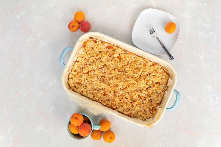 Aprikosen-Streuselkuchen / Apricot crumble cake by http://babyrockmyday.com/aprikosen-streuselkuchen/