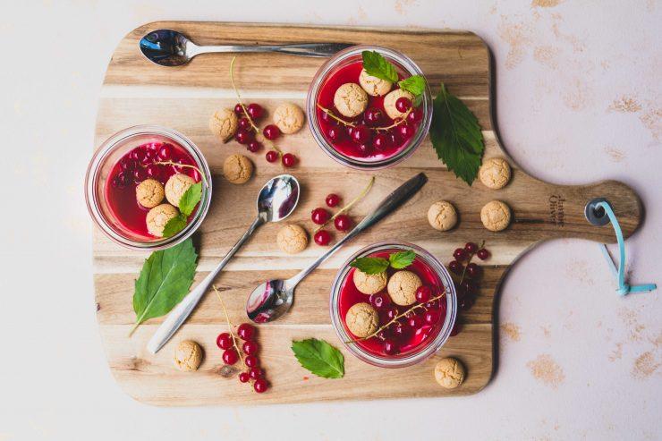 Johannisbeer Dessert mit Amarettini // Dessert with currant and amarettini by http://babyrockmyday.com/johannisbeer-dessert/ #dessert #johannisbeeren # Amarettini #currant