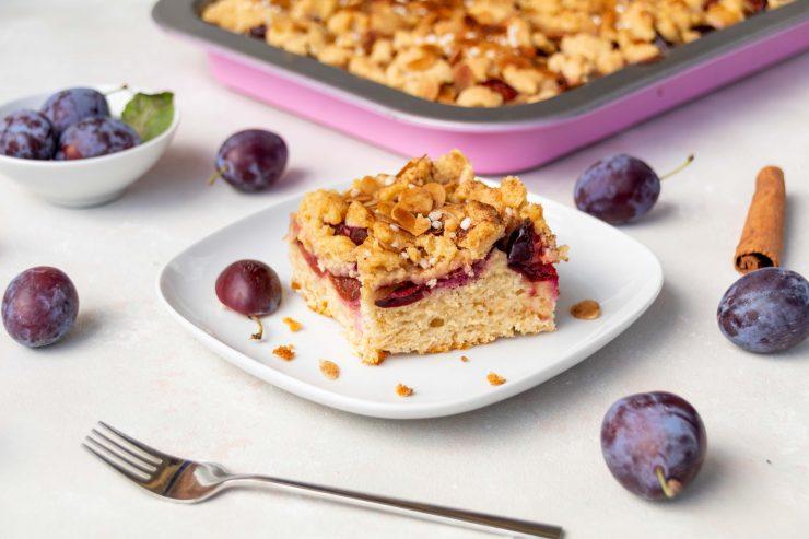 Zwetschgenkuchen mit Streuseln und viel Zimt // Plum Crumble Cake with cinnamon by http://babyrockmyday.com/zwetschgenkuchen-mit-streuseln/ #zwetschgenkuchen #plumcake
