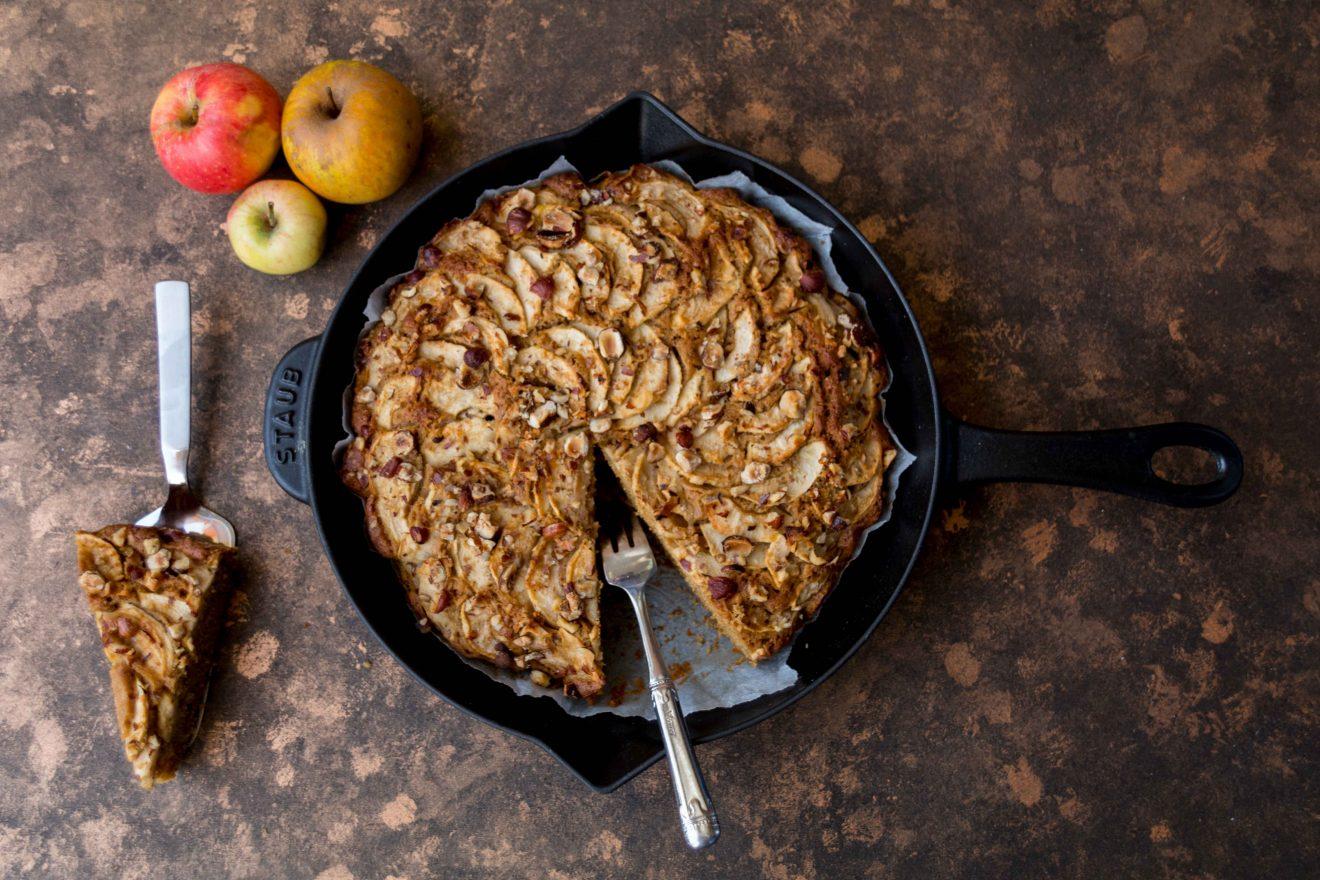 Apfel-Haselnusskuchen mit Frangelico und Kokosblütenzucker // Applecake with Hazelnuts and Frangelico by http://babyrockmyday.com/apfel-haselnusskuchen/ #Apfelkuchen #applecake