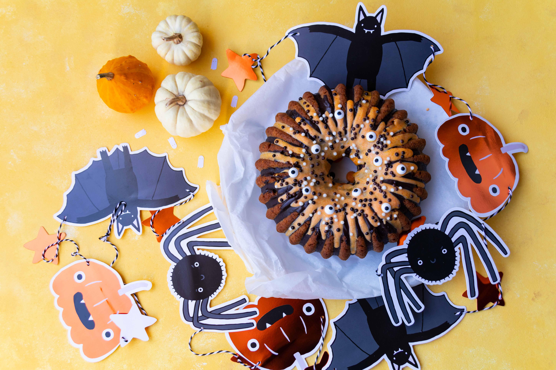 Halloween Kürbiskuchen mit Pumpkin Spice // Halloween Pumpkin Cake with Pumkin spice by http://babyrockmyday.com/kuerbiskuchen/ #Halloween #Kürbiskuchen #pumpkincake