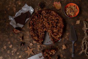 Tipps für Weihnachten: Browniekuchen mit Äpfeln und Walnüssen // Brownie Cake with apples and walnuts by https://babyrockmyday.com/browniekuchen/