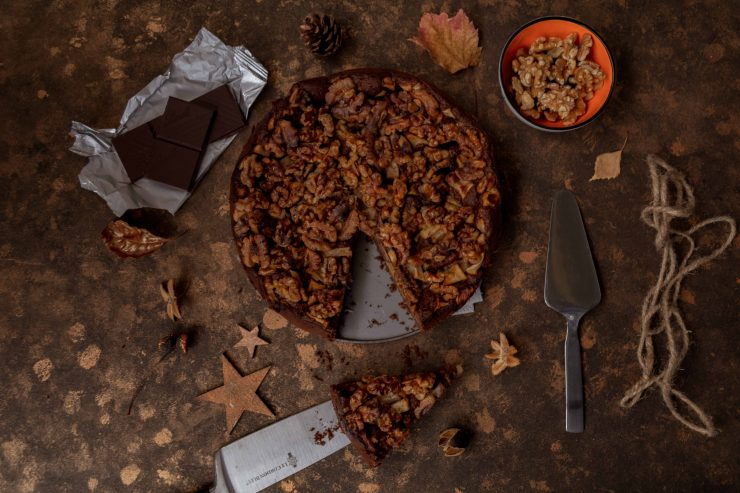 Tipps für Weihnachten: Browniekuchen mit Äpfeln und Walnüssen // Brownie Cake with apples and walnuts by https://babyrockmyday.com/browniekuchen/
