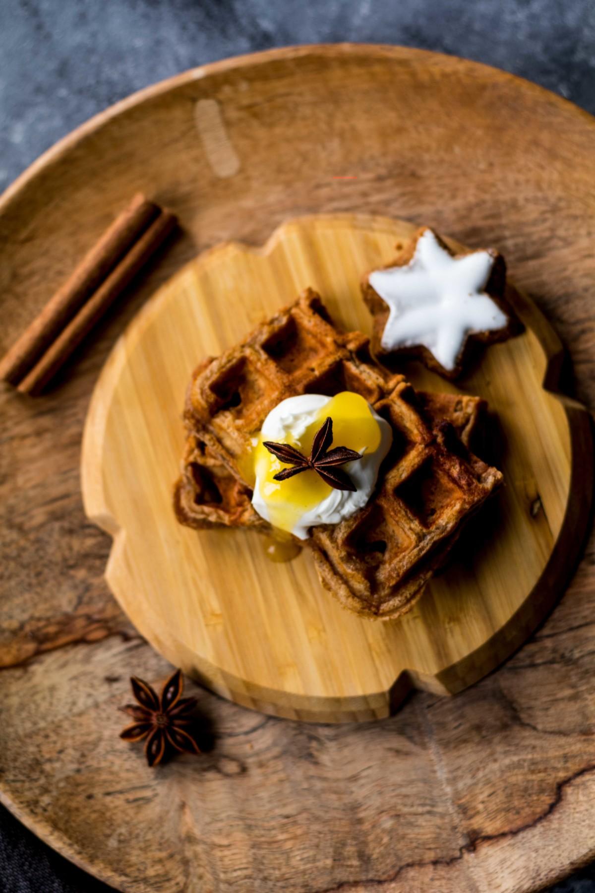 Tipps für Weihnachten: Weihnachtswaffeln mit Orangensauce // Christmas waffles with Orange sauce by http://babyrockmyday.com/weihnachtswaffeln/