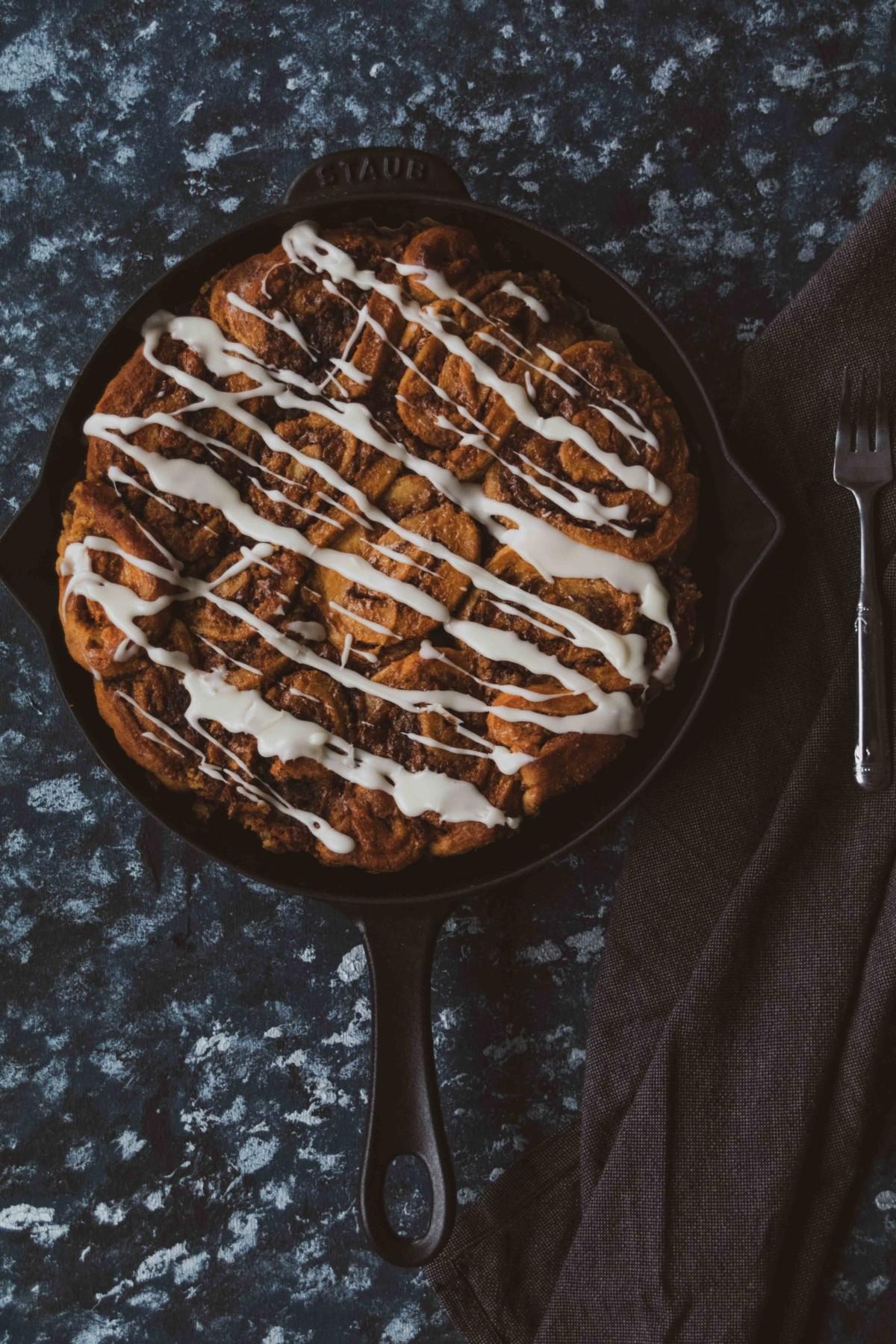 Amerikanische Zimtschnecken // American cinnamon Rolls by http://babyrockmyday.com/amerikanische-zimtschnecken/ #cinnamonrolls #Zimtschnecken