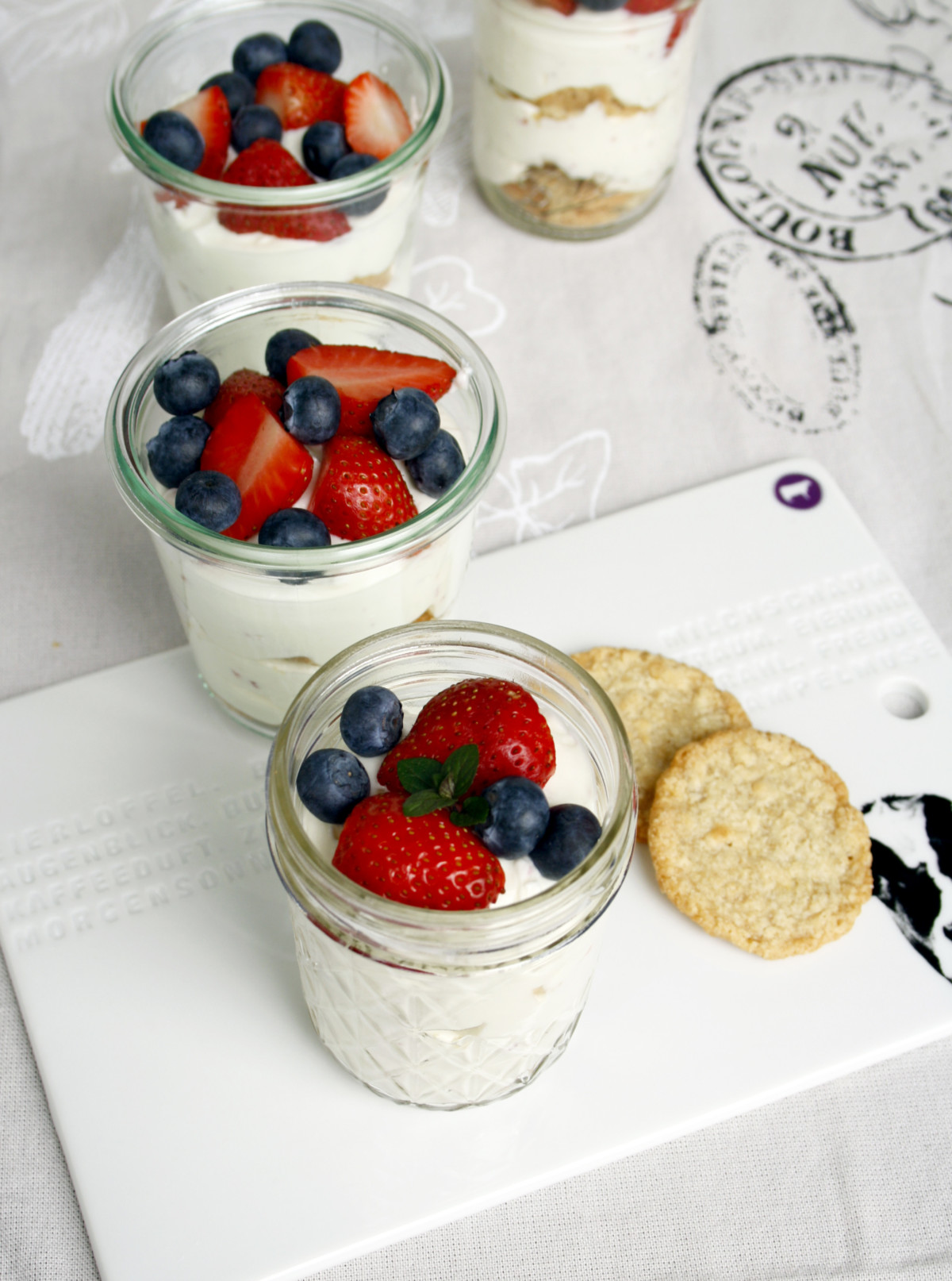 Quark mit frischen Beeren // Fresh dessert with fruits and berries by http://babyrockmyday.com/quark-mit-beeren/